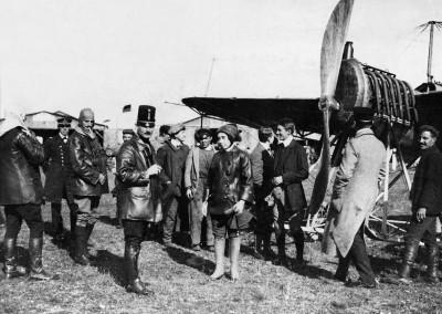 Lilly Steinschneider am Flugfeld von Wiener Neustadt