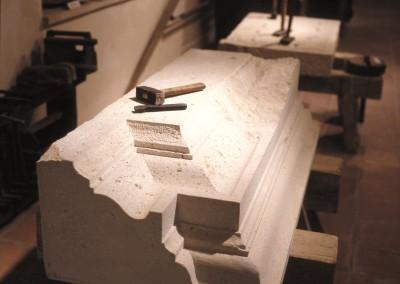 Werkstück mit Hammer und Meissel