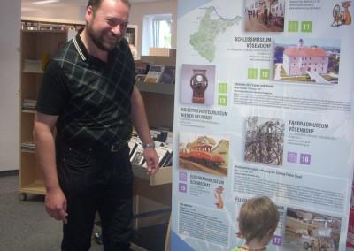 Der Leiter der Stadtbücherei Herr Robert Mech war auch sehr begeistert von der Wanderausstellun