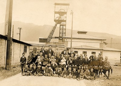 Das Bild mit den Hinterbliebenen der Bergwerkskatastrophe lief 1924 als Postkarte