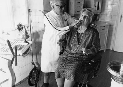 Kurt Mühmler behandelt, für den Fotografen, seine Schwester