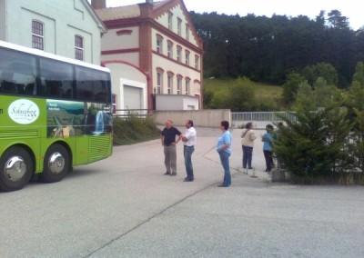 Nach dem Start begaben wir uns, mit dem Reisebegleiter Mag. Rocco Leuzzi auf eine Fahrt in das schöne Piestingtal. Unseren ersten Halt machten  wir in Piesting , wo früher ein Harzwerk der Bevölkerung Arbeit bot. Wir fuhren weiter zu den Gebäuden der Brauerei Piesting